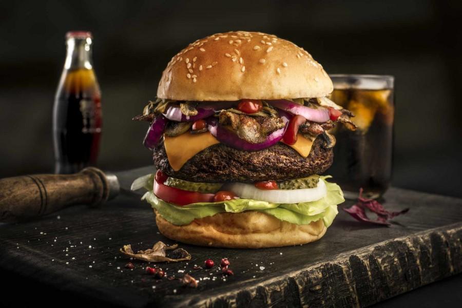 CHERRYSTONE Photographe Culinaire Lyon - Burger- Hamburger- sur planche old school vintage