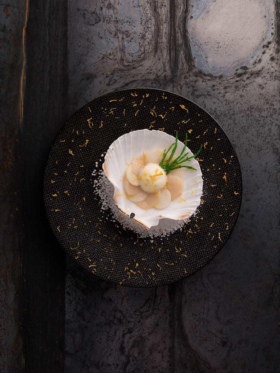 CHERRYSTONE Photographie Culinaire LYON_ Domaine des Séquoias, Saint-Jacques mousse yuzu, cerfeuil tubereux