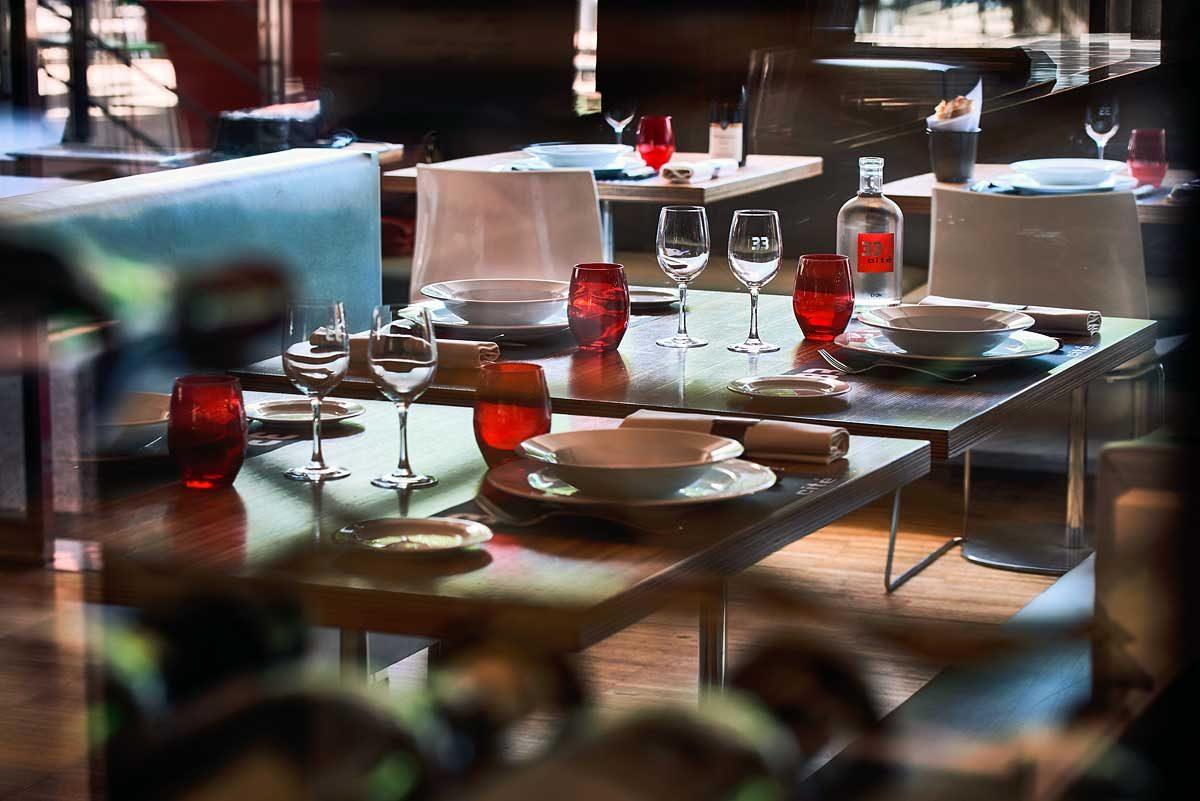 vue à travers une cave à vins vitrée, vaisselle sur table
