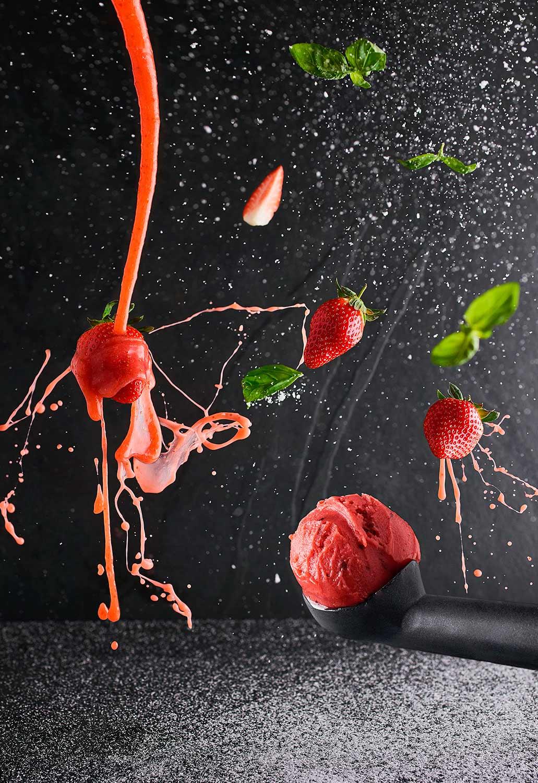 explosion fraise photo culinaire basilic ardoise