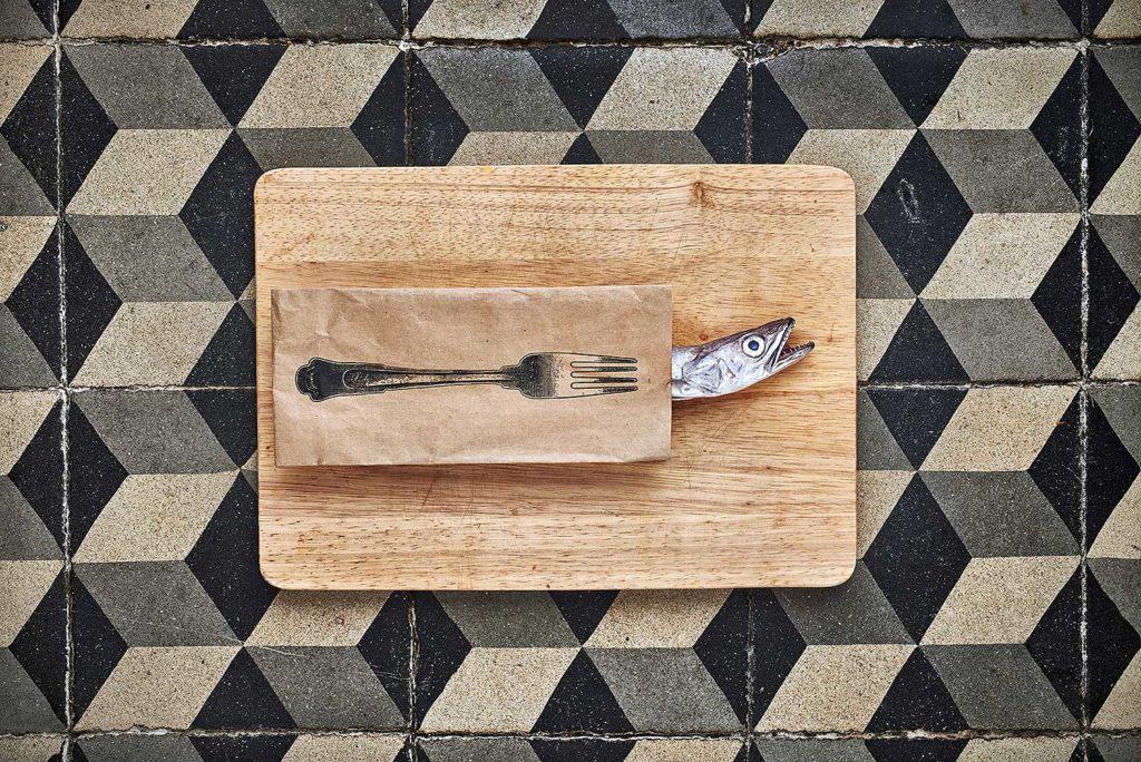 merlu planche bois fourchette photographe culinaire lyon